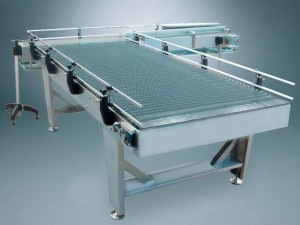 Unscrambling table for depalletizer with exit conveyor at 90 degrees